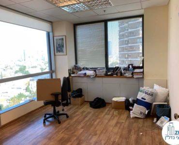 חדר ישיבות במשרד להשכרה במגדל על תל אביב