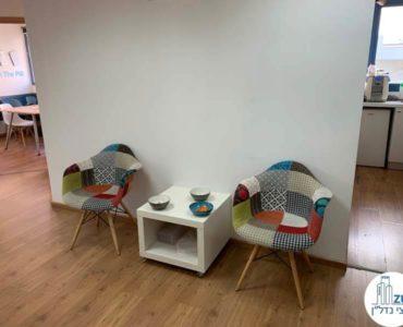 פינת ישיבה במשרד להשכרה בשכונת מונטיפיורי תל אביב