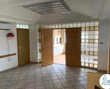כניסה לחדר ישיבות במשרד להשכרה בשכונת מונטיפיורי תל אביב