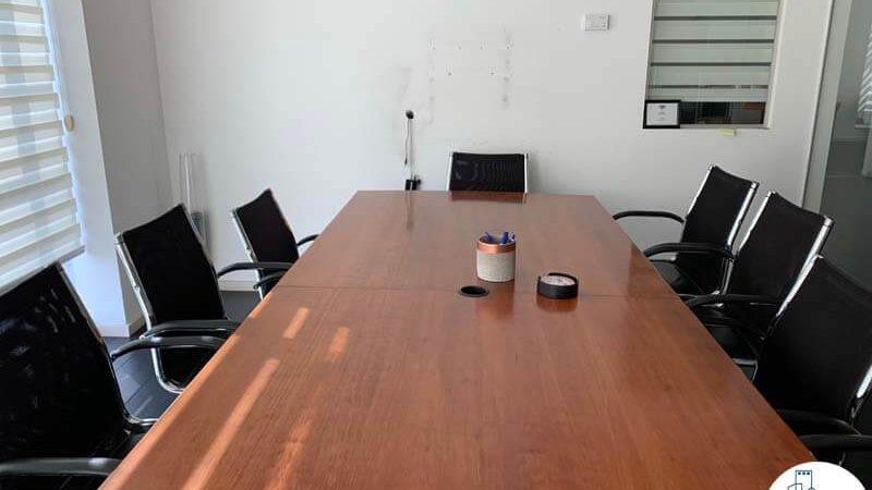 חדר ישיבות עם שולחן במשרד להשכרה במתחם רוטשילד תל אביב