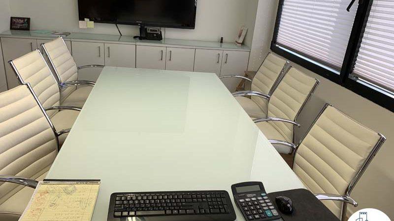 שולחן ישיבות במשרד להשכרה ליד עזריאלי תל אביב