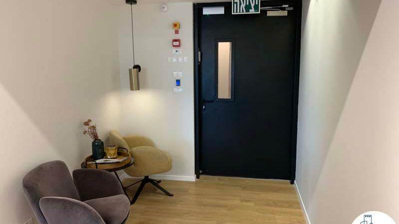 פינת כניסה במשרד של לקוחות מרוצים מעסקת תיווך
