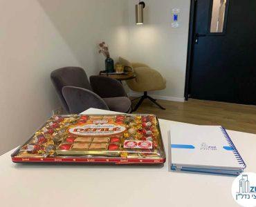 פינת ישיבה במשרד של לקוחות מרוצים מעסקת תיווך
