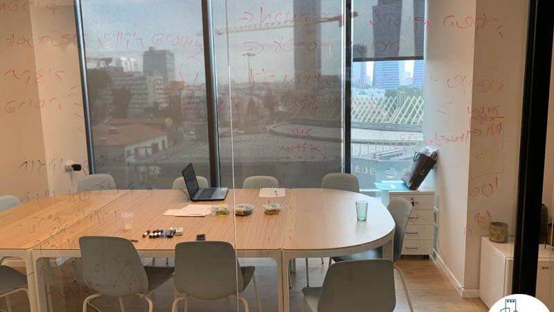 חדר ישיבות במשרד של לקוחות מרוצים מעסקת תיווך