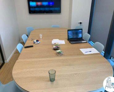 שולחן ישיבות במשרד של לקוחות מרוצים מעסקת תיווך