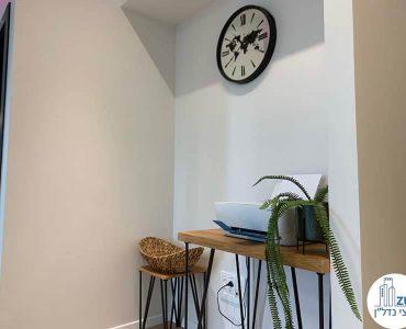 קיר עם שעון במשרד של לקוחות מרוצים מעסקת תיווך