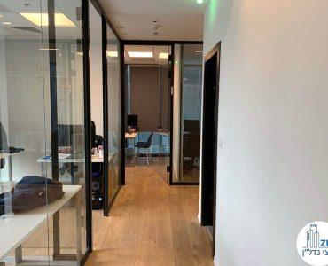 כניסה לחדרים במשרד של לקוחות מרוצים מעסקת תיווך
