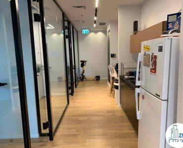 מסדרון במשרד של לקוחות מרוצים מעסקת תיווך