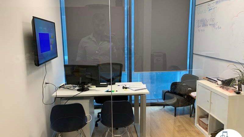 חדר במשרד של לקוחות מרוצים מעסקת תיווך