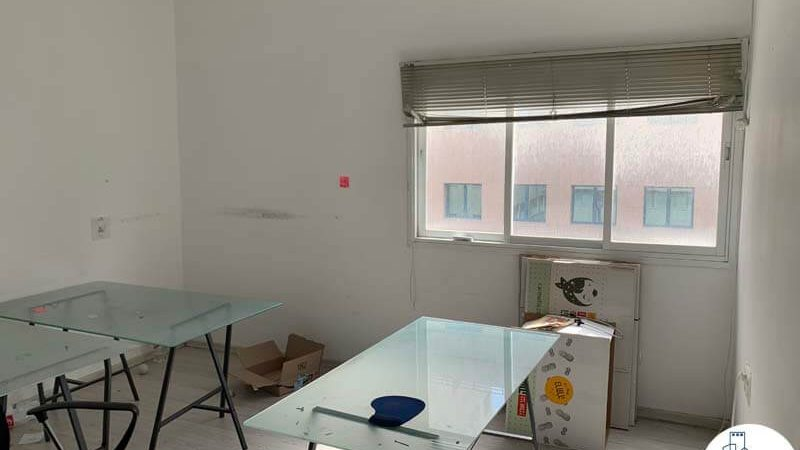 חדר עם שולחנות של משרד להשכרה במתחם רוטשילד תל אביב