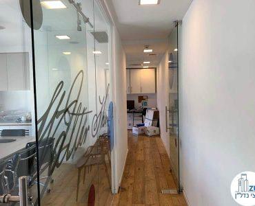 מסדרון במשרד להשכרה באלקטרה סיטי תל אביב