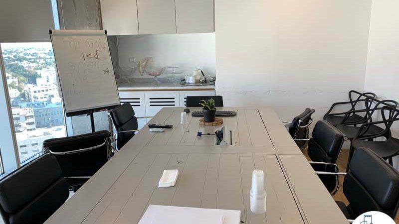 שולחן ישיבות במשרד להשכרה באלקטרה סיטי תל אביב