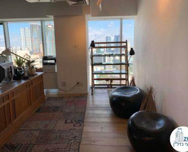 פינת כניסה במשרד להשכרה באלקטרה סיטי תל אביב
