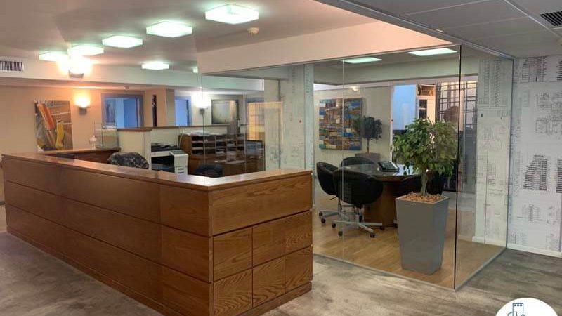 עמדת קבלה של משרד להשכרה בציר יגאל אלון תל אביב