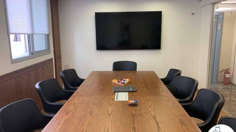 שולחן ישיבות של משרד להשכרה בציר יגאל אלון תל אביב