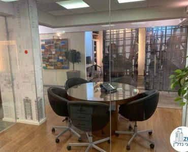 חדר עם קירות זכוכית במשרד להשכרה בציר יגאל אלון תל אביב