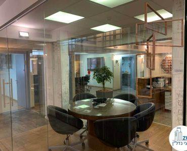 חדר ישיבות קטן של משרד להשכרה בציר יגאל אלון תל אביב