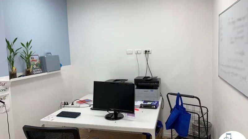 שולחן עבודה של משרד להשכרה ליד עזריאלי תל אביב