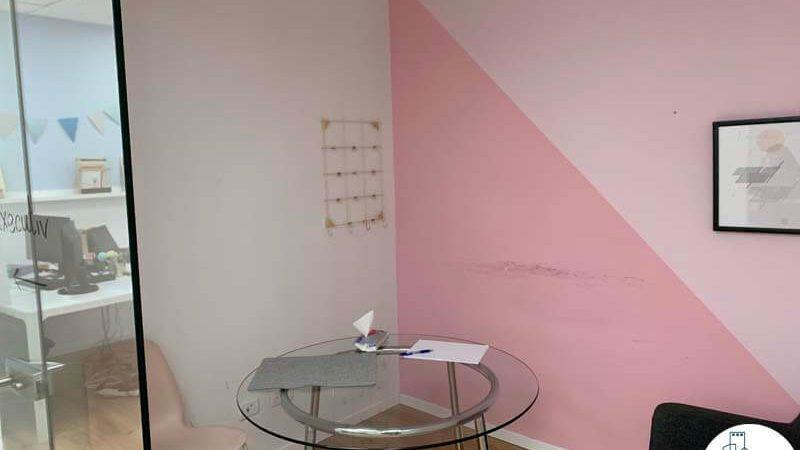 שולחן בחדר של משרד להשכרה ליד עזריאלי תל אביב