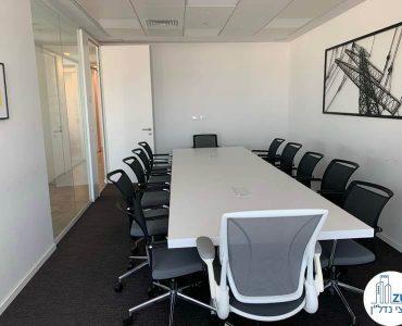 שולחן ישיבות של משרד להשכרה בתל אביב במגדל אלקטרה סיטי