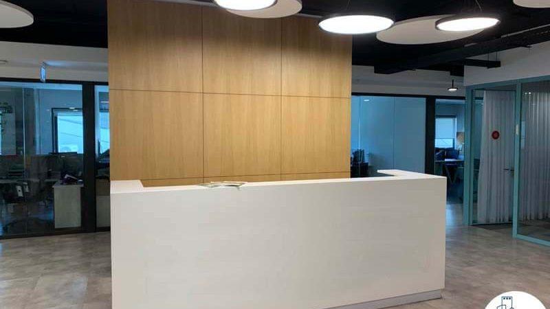 עמדת קבלה של משרד להשכרה במתחם בארבעה תל אביב