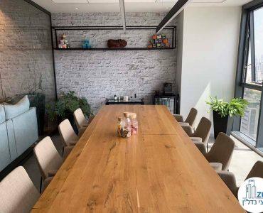 שולחן ישיבות של משרד להשכרה במגדלי אלון תל אביב
