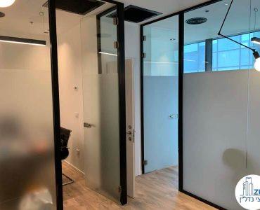 כניסה לחדרים במשרד של לקוחה מרוצה מעסקת תיווך במגדלי הארבעה תל אביב