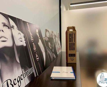 תמונות במשרד של לקוחה מרוצה מעסקת תיווך במגדלי הארבעה תל אביב