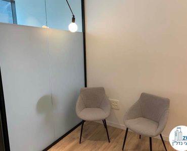 פינת המתנה במשרד של לקוחה מרוצה מעסקת תיווך במגדלי הארבעה תל אביב