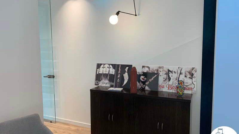 פינת כניסה במשרד של לקוחה מרוצה מעסקת תיווך במגדלי הארבעה תל אביב