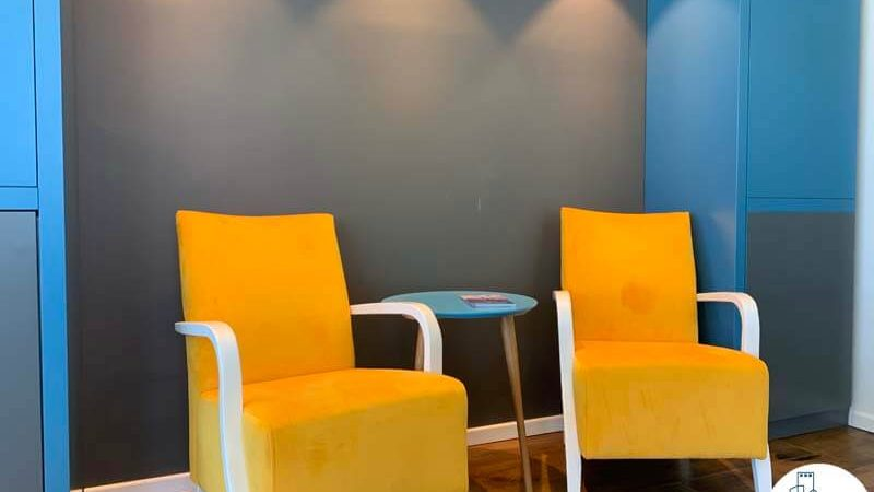 פינת ישיבה של משרד להשכרה ברוטשילד 22 תל אביב