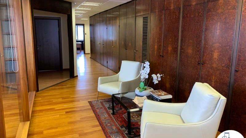 פינת ישיבה של משרד להשכרה במגדל דניאל פריש תל אביב