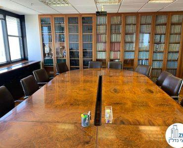 שולחן ישיבות של משרד להשכרה במגדל דניאל פריש תל אביב