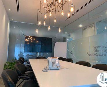 שולחן ישיבות של משרד להשכרה במגדל אלקטרה סיטי תל אביב