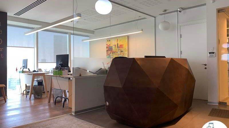 עמדת קבלה של משרד להשכרה במגדל אלקטרה סיטי תל אביב