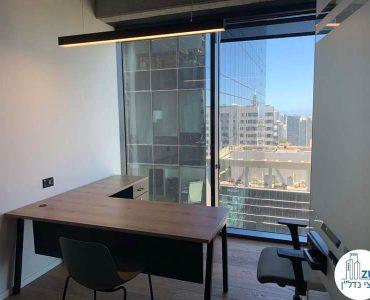 חדר עם שולחן של משרד להשכרה במגדלי הארבעה תל אביב