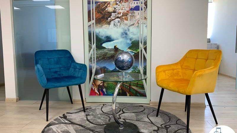 פינת ישיבה של משרד להשכרה בבית כלל תל אביב