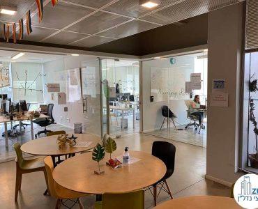 פינת ישיבה של משרד להשכרה בנחלת יצחק תל אביב