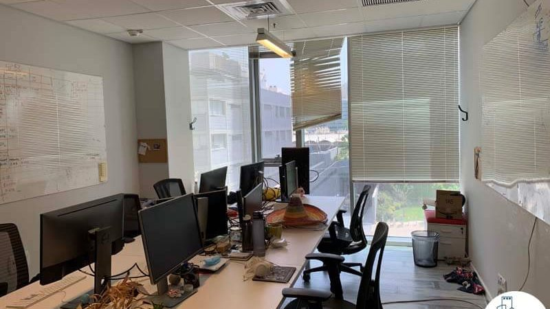 חדר עם עמדות עבודה של משרד להשכרה בנחלת יצחק תל אביב