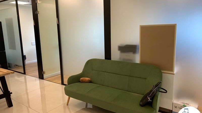 פינת ישיבה של השכרת משרד במגדל מידטאון תל אביב