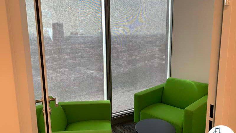 פינת ישיבה של משרד להשכרה במגדל תוהא תל אביב