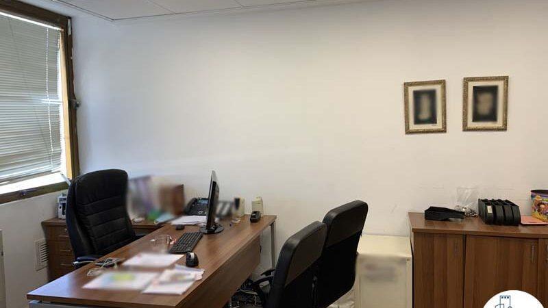 חדר עם שולחן של משרד להשכרה במגדל כלבו שלום תל אביב