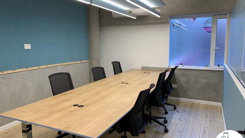 שולחן עבודה בחדר של משרד להשכרה במתחם רוטשילד תל אביב