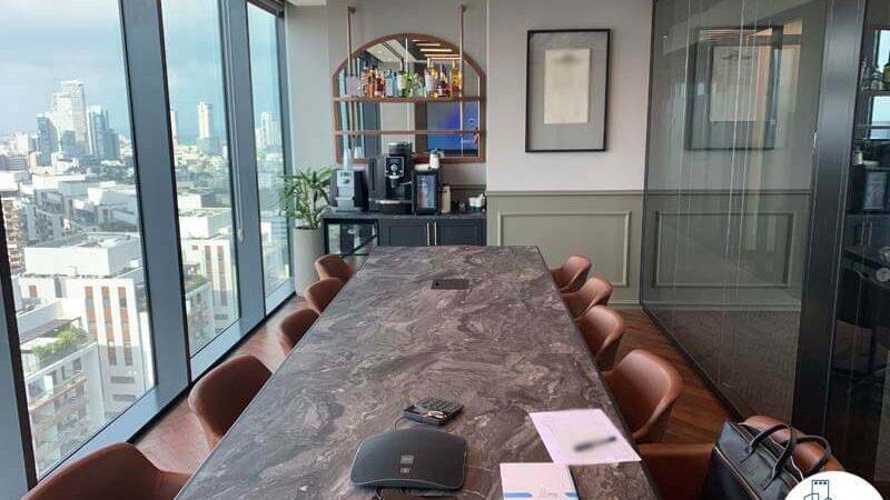שולחן ישיבות של משרד להשכרה במגדלי הארבעה תל אביב