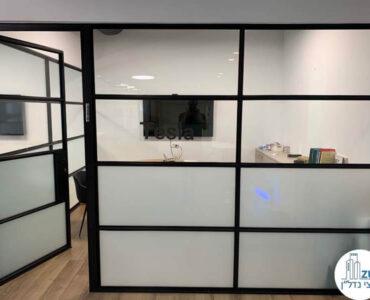 כניסה לחדר במשרד של לקוחות מרוצים מעסקת תיווך בבית אופקים תל אביב