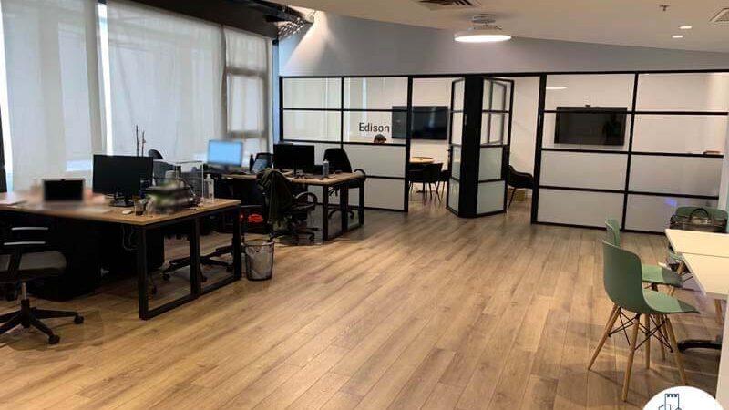 עמדות עבודה במשרד של לקוחות מרוצים מעסקת תיווך בבית אופקים תל אביב