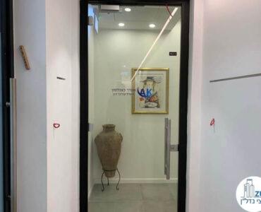 דלת כניסה של לקוח מרוצה מעסקת תיווך במגדל WE תל אביב
