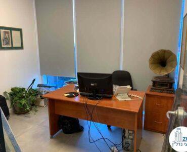 חדר עם שולחן של לקוח מרוצה מעסקת תיווך במגדל WE תל אביב