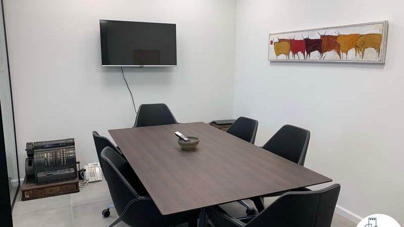 שולחן ישיבות של לקוח מרוצה מעסקת תיווך במגדל WE תל אביב