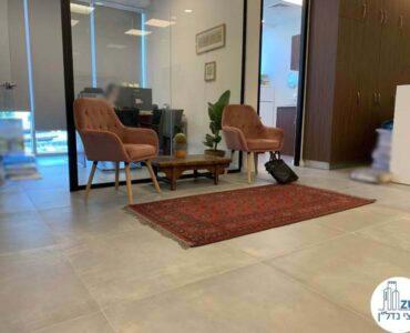 פינת ישיבה של לקוח מרוצה מעסקת תיווך במגדל WE תל אביב